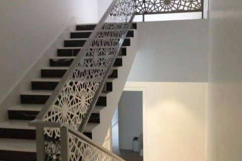 Railing tangga motif